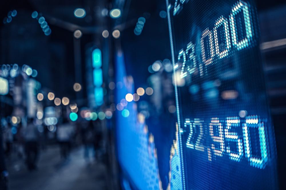 Display, auf dem Wertschwankungen einer Aktie abgebildet sind