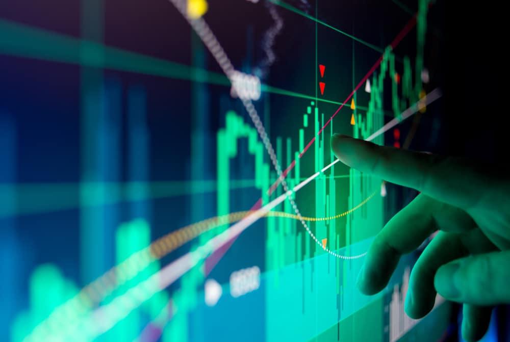 Anleger analysiert den Kursverlauf einer Aktie