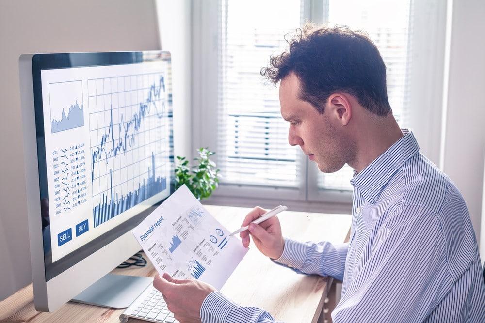 Mann checkt sein Aktienportfolio