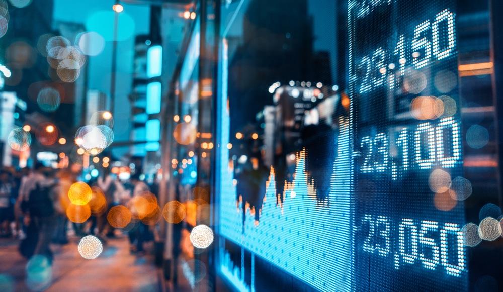 Börsenchart in der Großstadt – wie funktioniert Aktienhandel?
