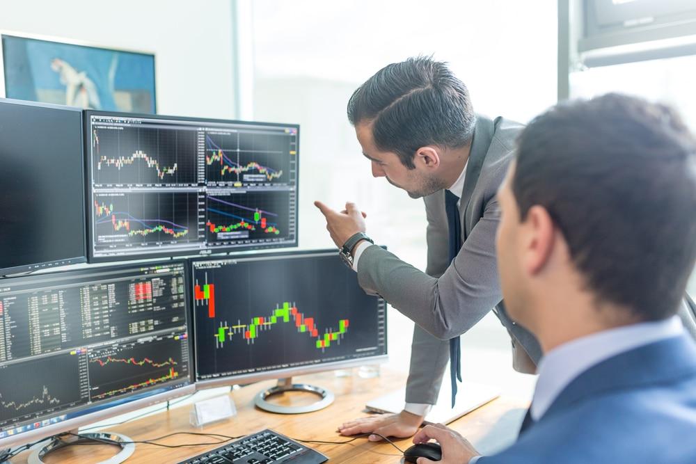 Fondsmanager vor einem Börsenchart