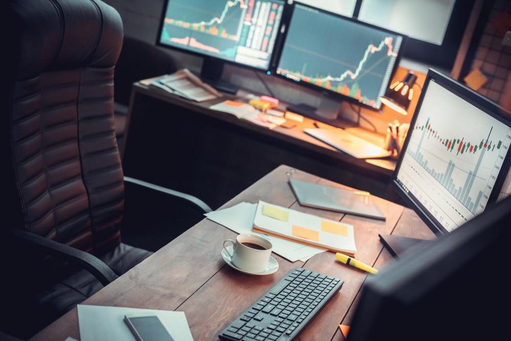 Büroschreibtisch mit Marktanalysen